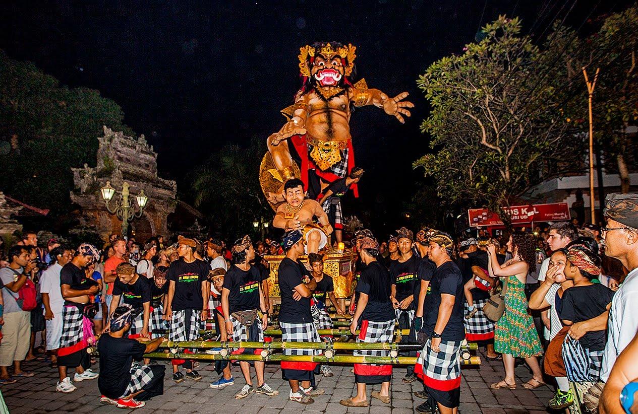 Pawai ogoh - ogoh di Bali